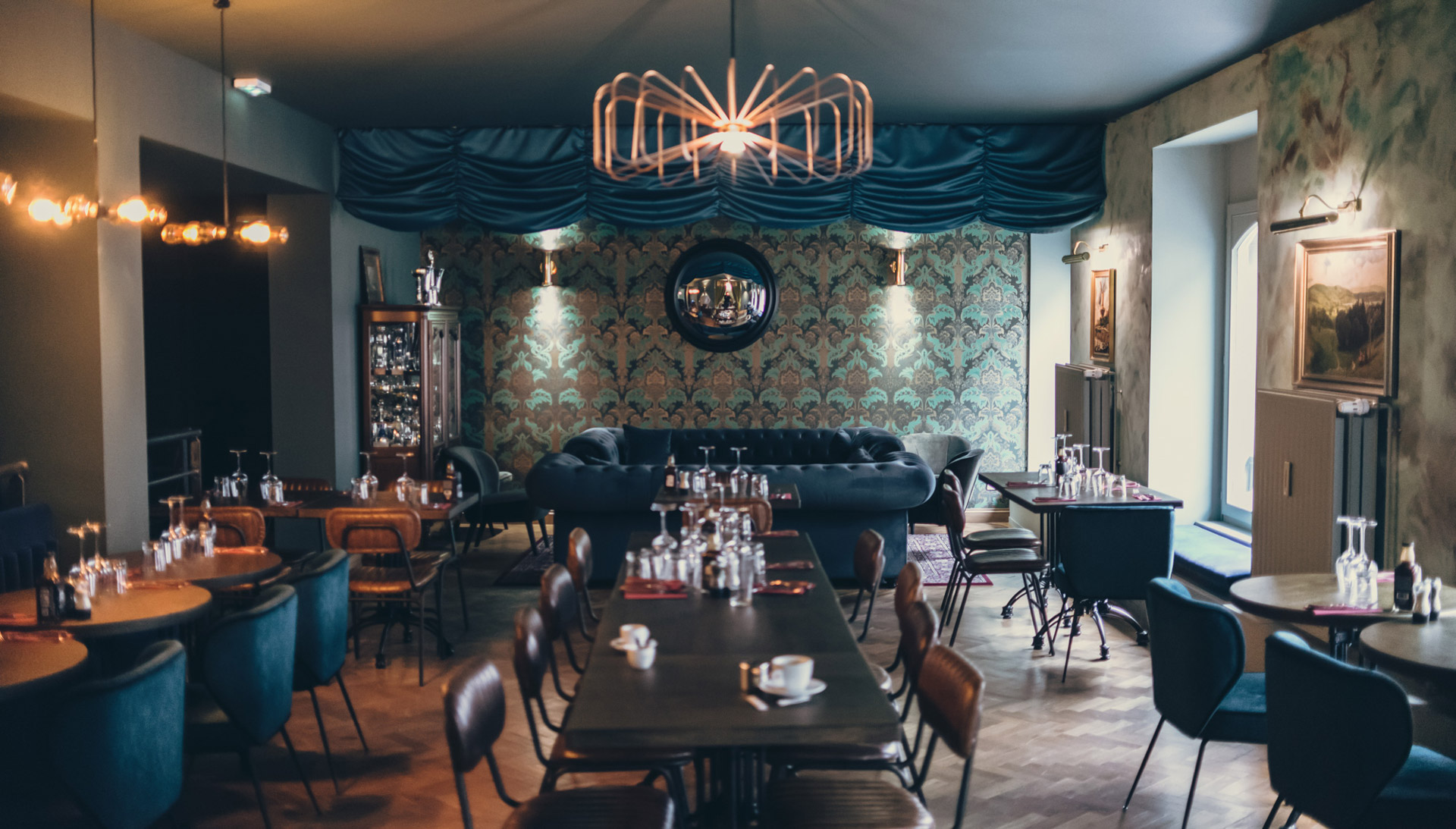 Our picture lights complement the elegance of this Texas BBQ restaurant in France